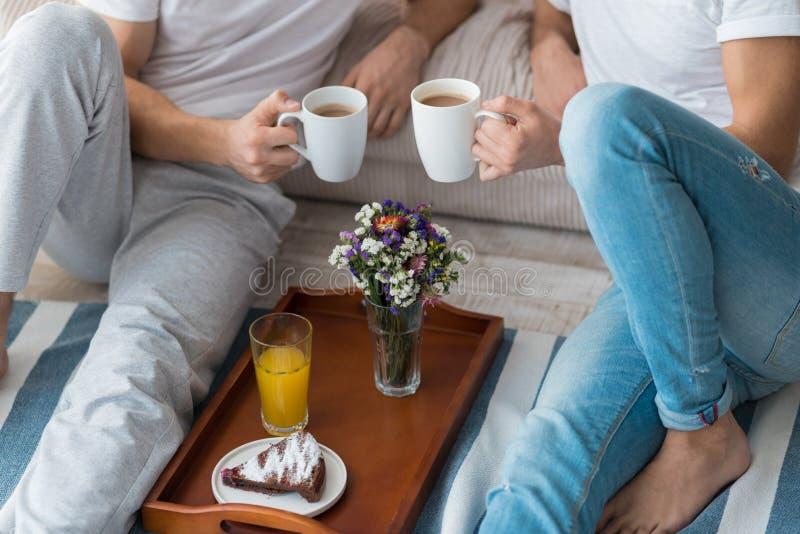 Молодые пары гомосексуалиста имея еду стоковое изображение rf