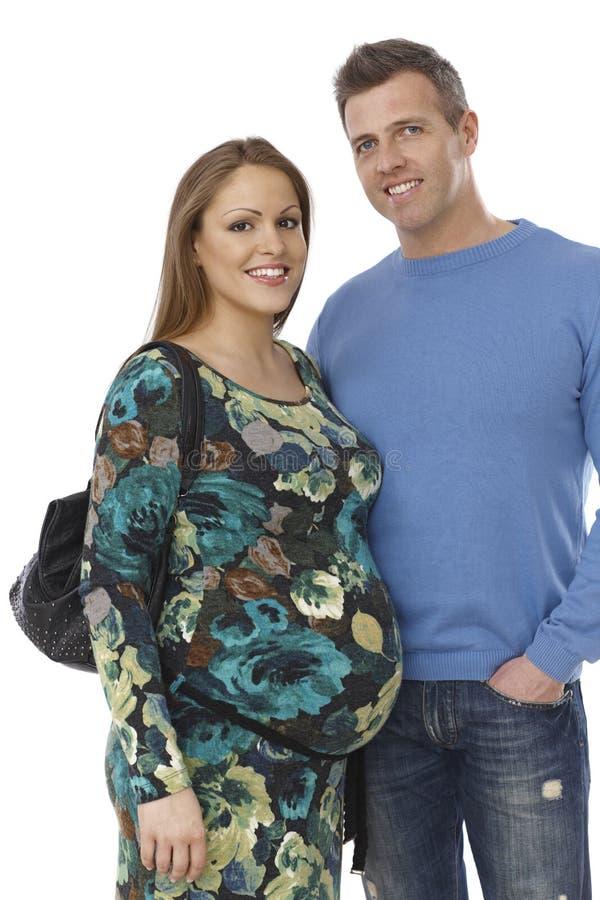 Молодые пары ждать младенца стоковые изображения
