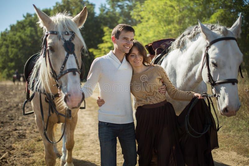 Молодые пары идя в живописное место с стоковые фото