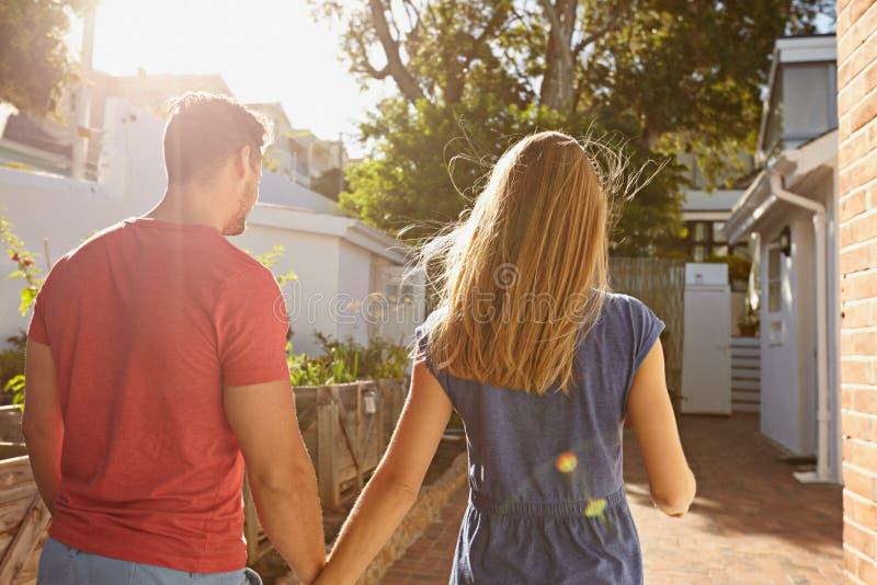 Молодые пары идя на их дом совместно стоковое фото rf
