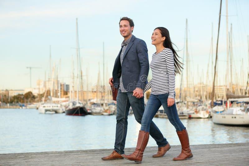 Молодые пары идя outdoors порт Vell, Барселона стоковые изображения