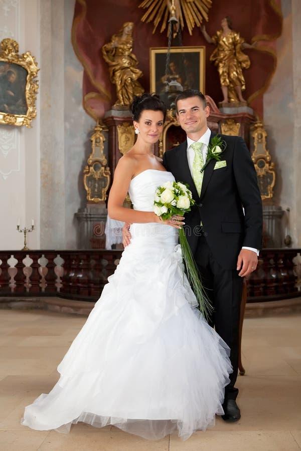 Download Молодые пары как раз пожененные внутри церков Стоковое Фото - изображение насчитывающей красиво, бутика: 33730840