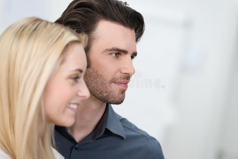 Молодые пары наблюдая к праву с рамки стоковая фотография