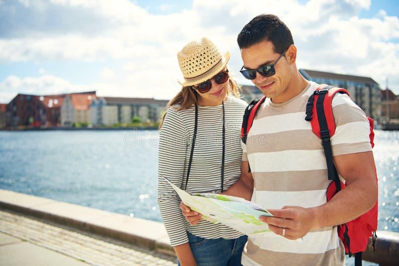 Молодые пары наслаждаясь их каникулой лета стоковые фото