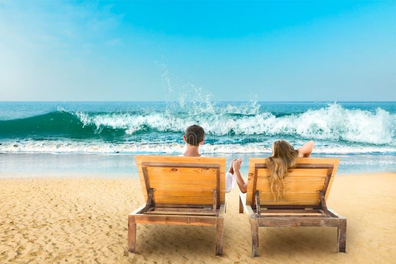Молодые пары на море стоковые фотографии rf