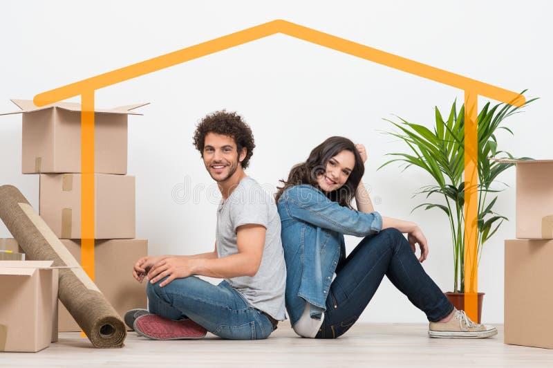 Молодые пары на новом доме стоковое фото rf