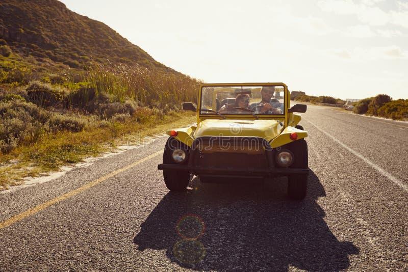 Молодые пары на поездке в автомобиле стоковые изображения rf