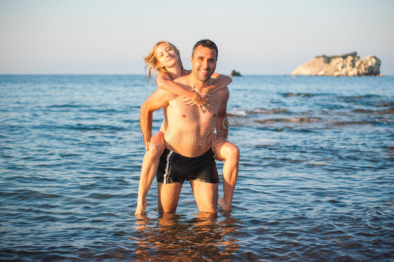 Молодые пары на пляже стоковая фотография
