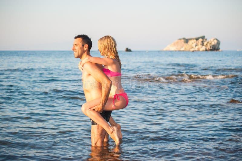 Молодые пары на пляже стоковое фото rf