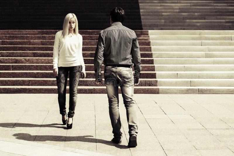 Молодые пары на шагах стоковая фотография rf