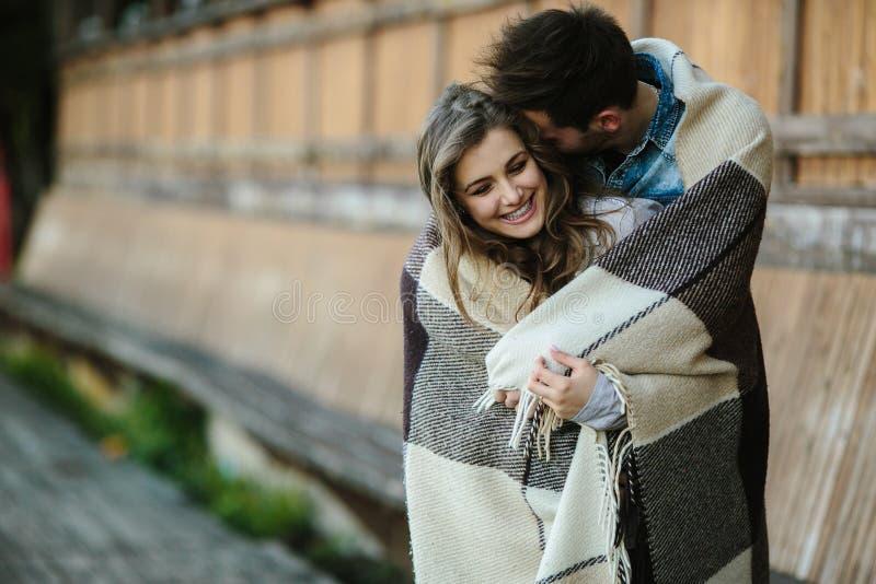 Молодые пары обернутые в шотландке стоковое изображение