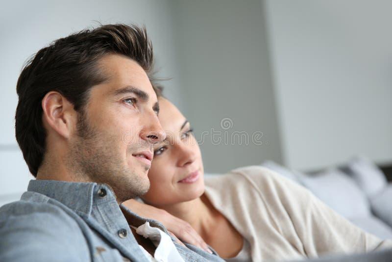 Молодые пары дома ослабляя стоковое изображение rf