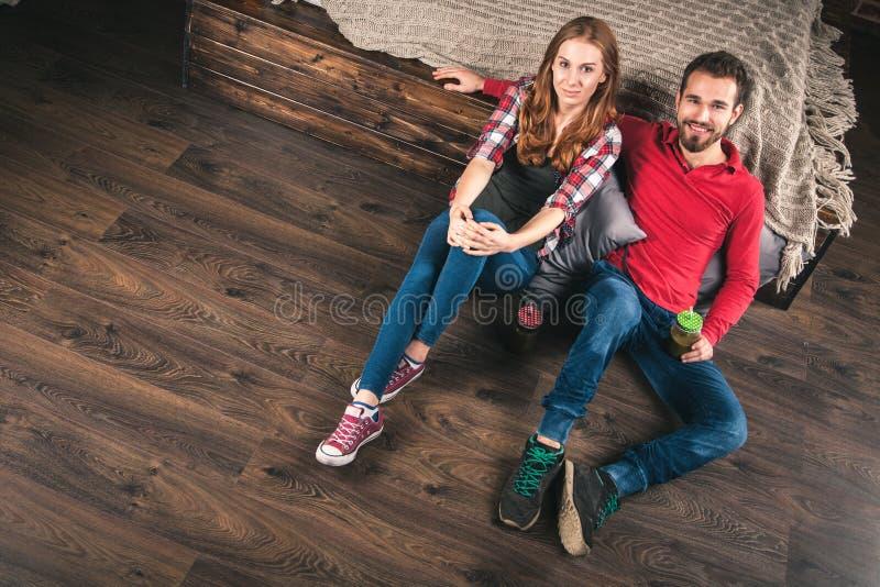 Молодые пары дома стоковая фотография rf