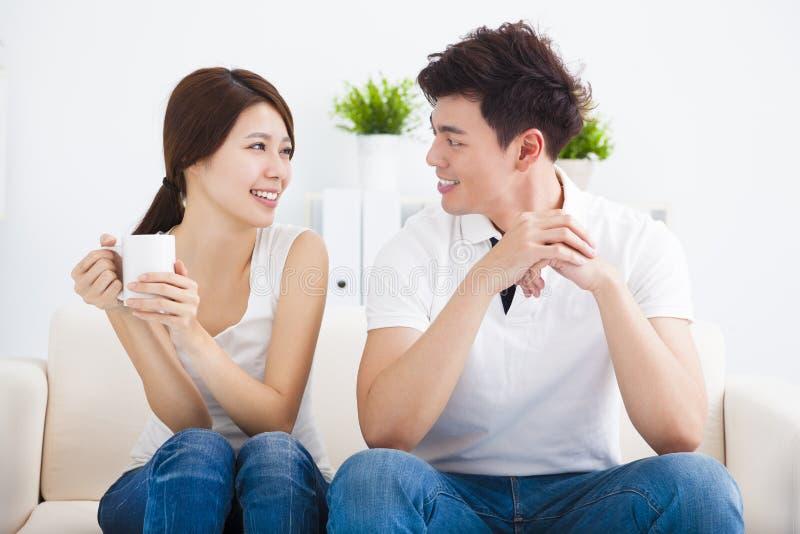 Молодые пары ослабляя в софе стоковая фотография rf