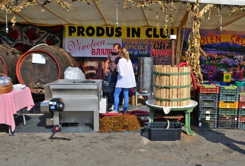 Молодые пары отжимая и продавая сок виноградины стоковые изображения rf