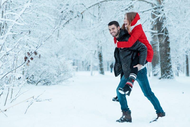 Молодые пары отдыхая в парке стоковое изображение