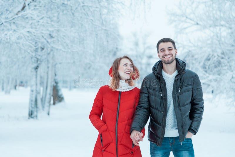 Молодые пары отдыхая в парке стоковая фотография