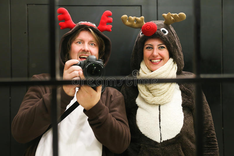 Молодые пары одевали как северный олень 2 принимая selfie стоковые изображения