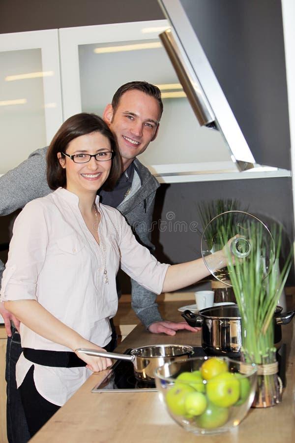 Молодые пары подготовляя обедающий стоковая фотография