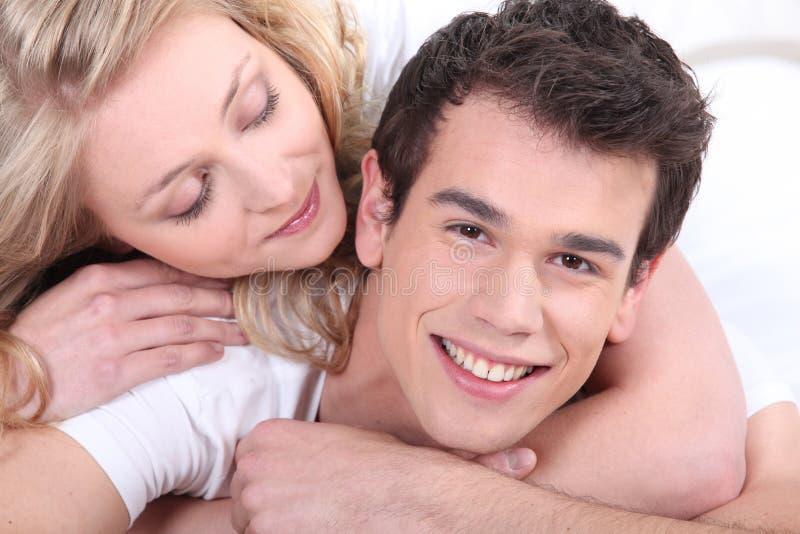 Молодые пары прижимаясь стоковая фотография
