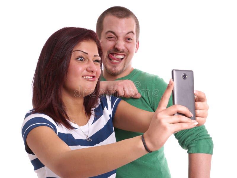 Молодые пары принимая selfie стоковая фотография rf