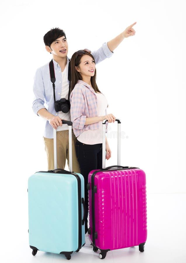 Молодые пары при чемодан идя на каникулы стоковое изображение rf