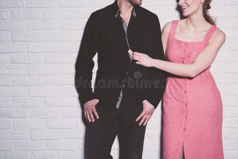 Молодые пары против кирпичной стены стоковое фото
