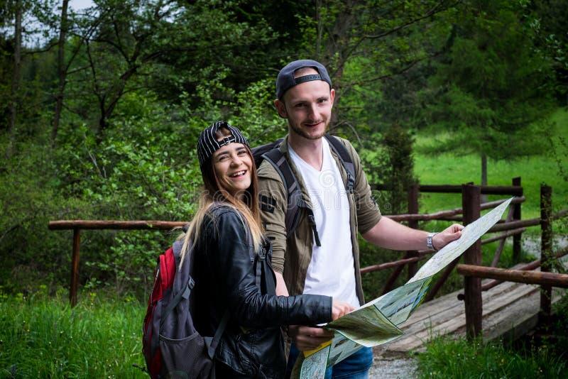 Молодые пары путешествуя в природе счастливые люди Образ жизни перемещения стоковое изображение rf