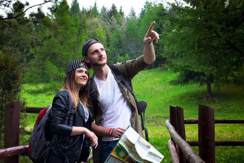 Молодые пары путешествуя в природе счастливые люди Образ жизни перемещения стоковая фотография