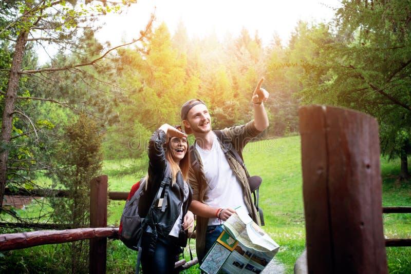 Молодые пары путешествуя в природе счастливые люди Образ жизни перемещения стоковые изображения