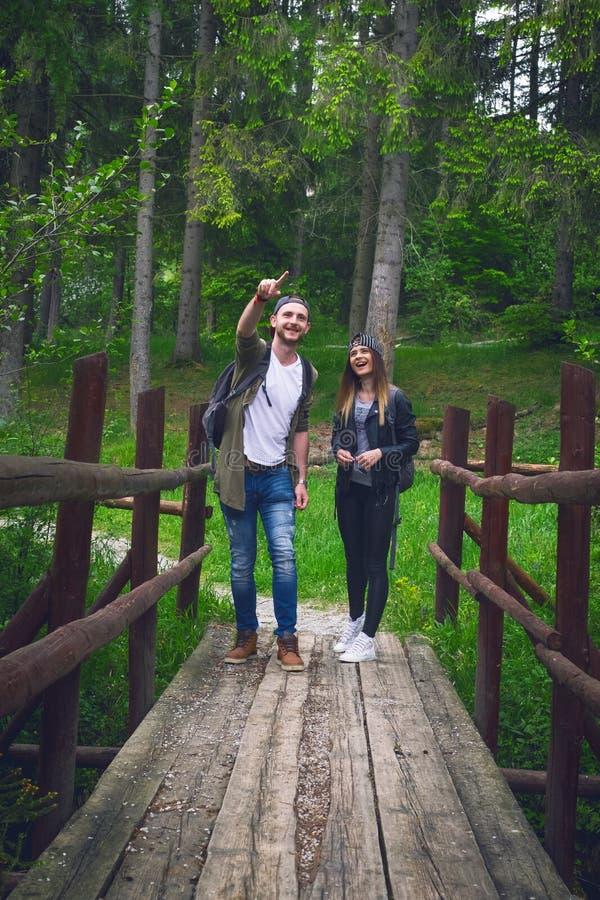 Молодые пары путешествуя в природе счастливые люди Образ жизни перемещения стоковые фото