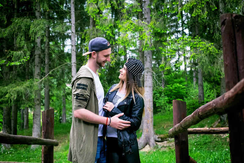 Молодые пары путешествуя в природе счастливые люди Образ жизни перемещения стоковые фотографии rf