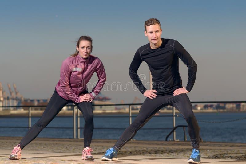 Молодые пары работая на портовом районе стоковое фото