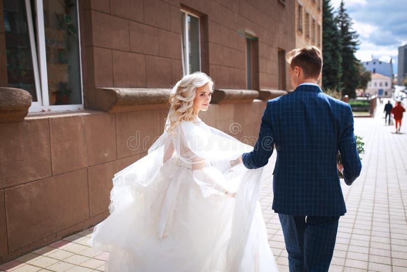 Молодые пары свадьбы идя совместно стоковые фото