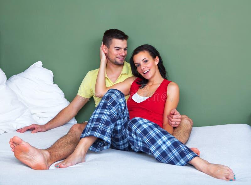 Download Молодые пары сидя в кровати Стоковое Фото - изображение насчитывающей подруга, женщина: 33730778