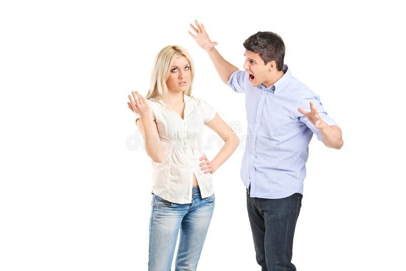 Молодые пары споря друг с другом стоковые изображения rf