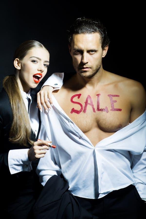 Молодые пары с концепцией продажи стоковое фото rf