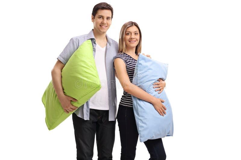 Молодые пары с подушками стоковые фотографии rf