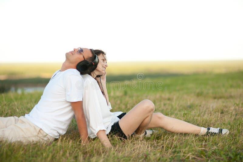 Молодые пары слушая к музыке стоковое фото