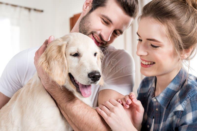 Молодые пары с щенком стоковые фото