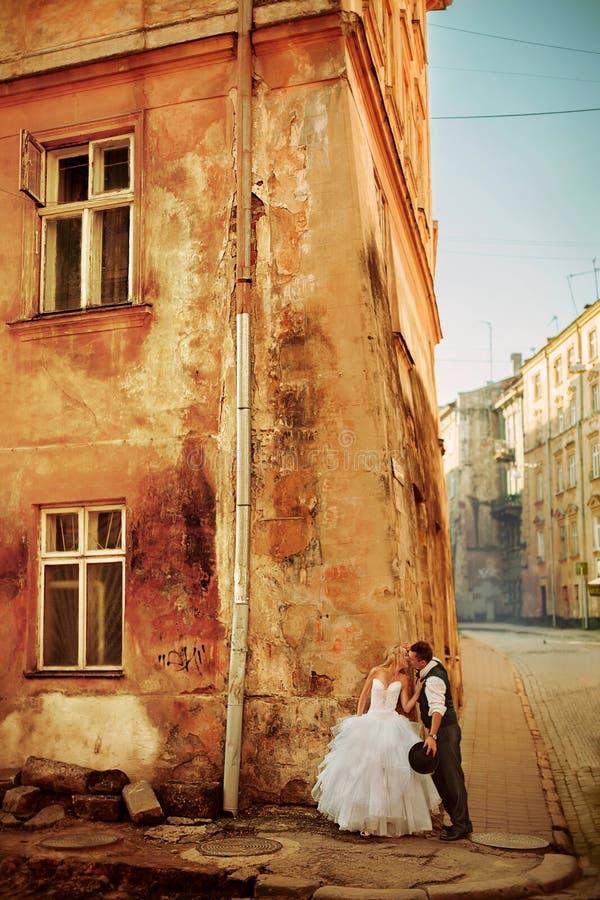 Молодой целовать пар стоковое изображение