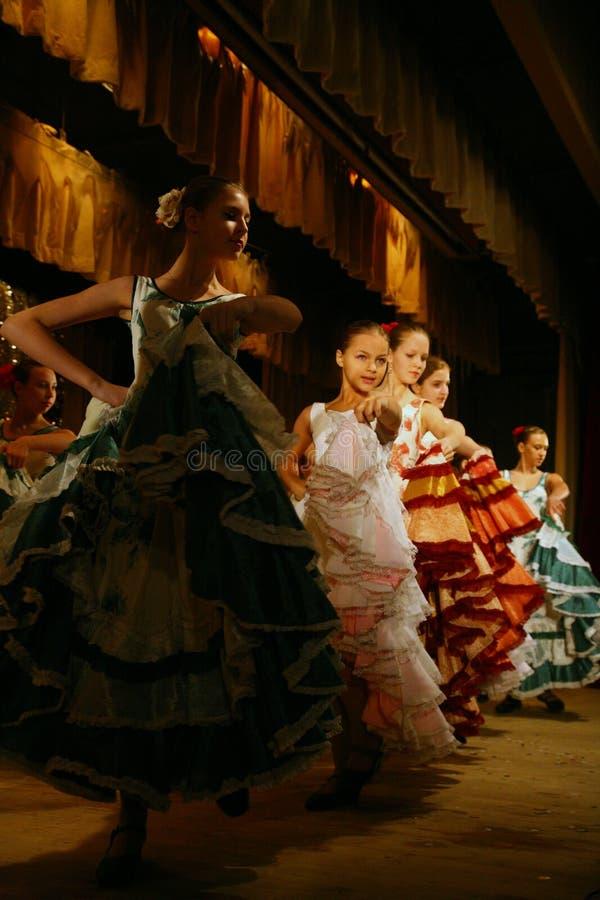Молодые певицы и дети актрис дом театра студии ансамбля примерные культуры названный после Gorky стоковые фото