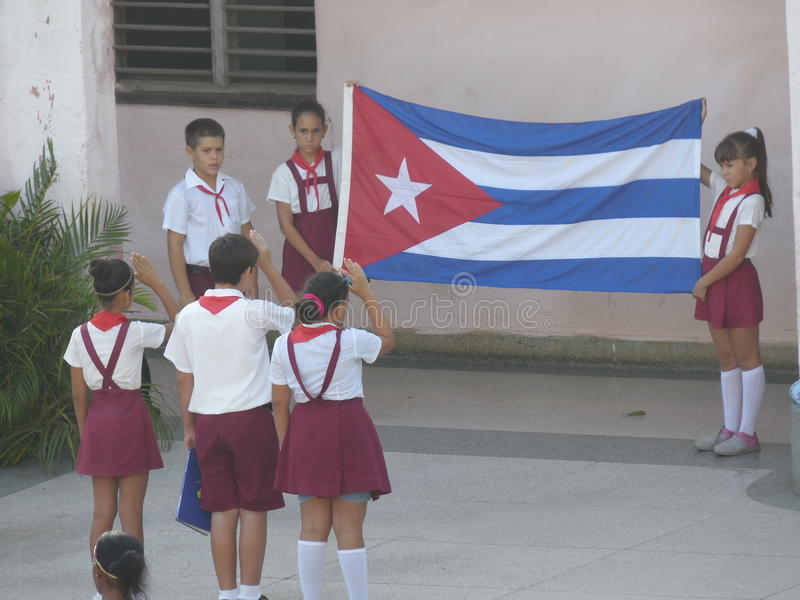 Молодые пионеры с кубинським флагом 2 стоковые фотографии rf