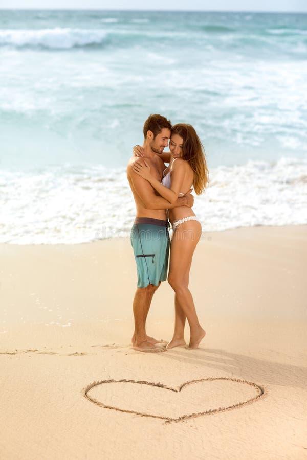 Молодые привлекательные и красивые пары в влюбленности стоковые фотографии rf