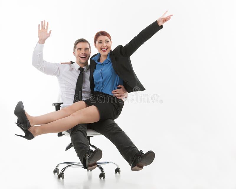 Молодые привлекательные пары сидя на стуле. стоковое изображение rf
