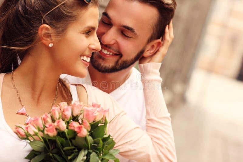 Молодые романтичные пары с цветками стоковое изображение rf