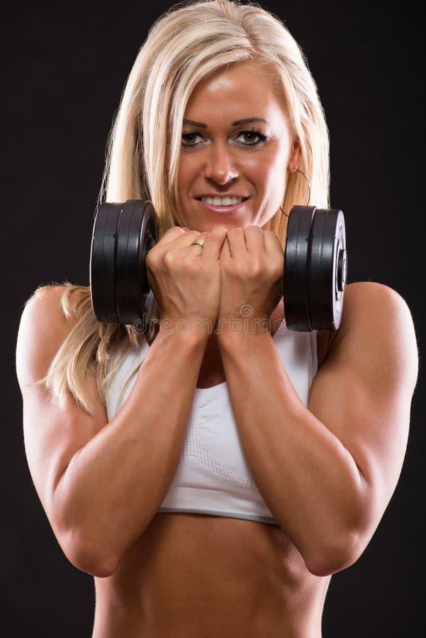 Download Молодые сексуальные тренировки гантелей женщины Стоковое Изображение - изображение насчитывающей красивейшее, backhoe: 33731033