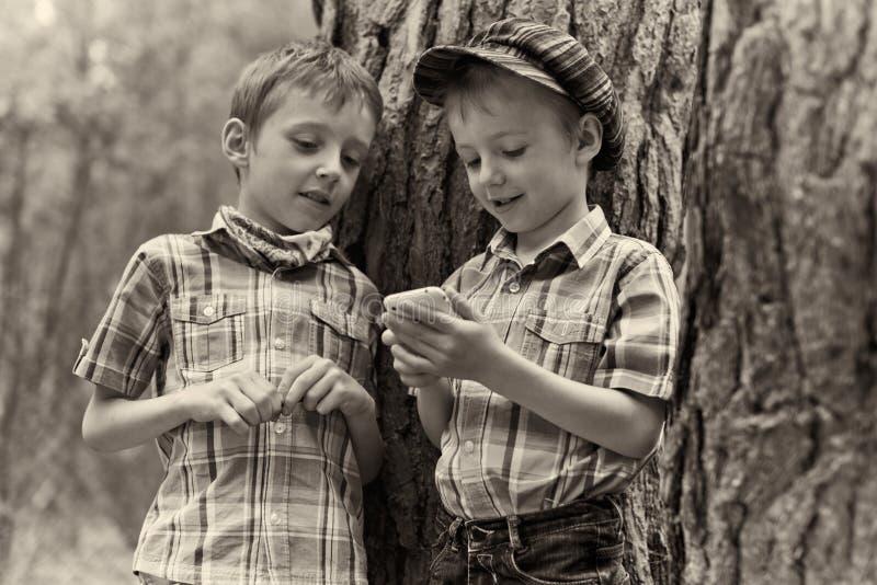 Молодые стильные мальчики просматривают интернет на передвижном p стоковое фото rf