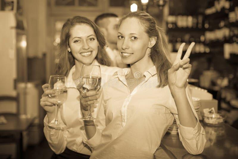 Молодые счастливые взрослые на баре стоковое изображение