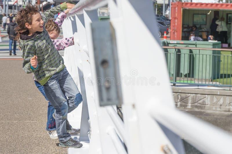 Молодые счастливые дети имея потеху outdoors стоковое изображение rf